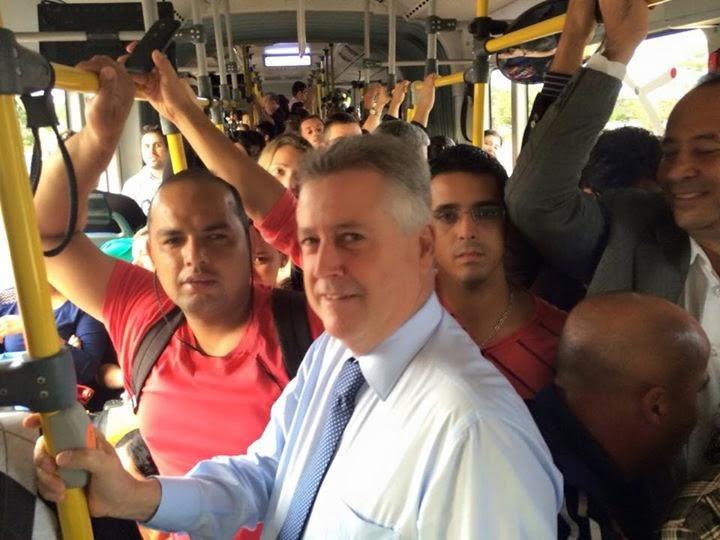 GOVERNADORBRT - Governador Rodrigo Rollemberg pega o busão e ouve reclamações