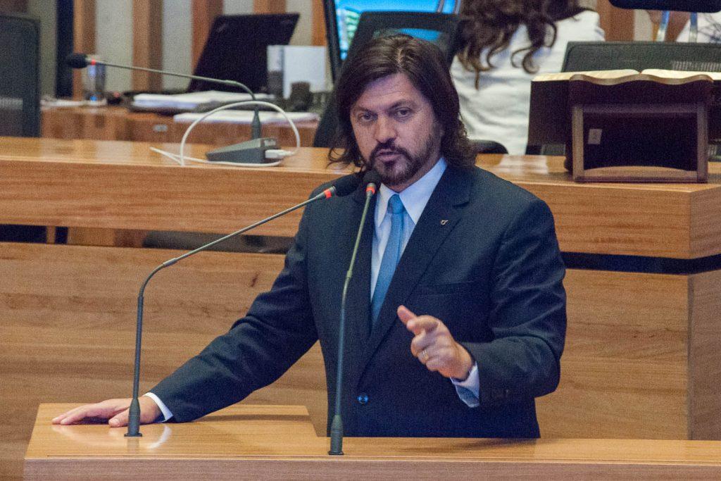 Deputado Cláudio Abrantes discursando