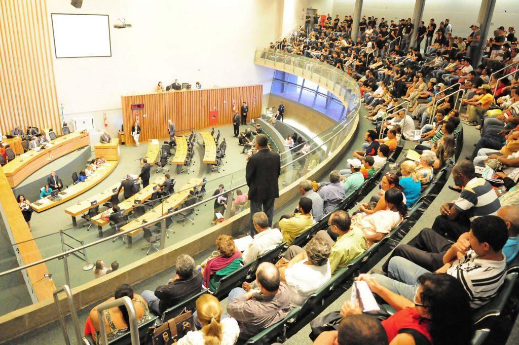 Câmara Legislativa e Executivo em conflito