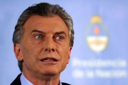 Bolsonaro dá respostas de alianças a dois presidentes no Twitter