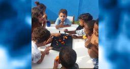 Coloque comida no prato dessas crianças