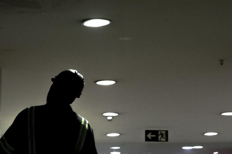 luz energia demanda consumo aumento radio corredor - Brasileiro vai usar mais energia em fevereiro, mas...