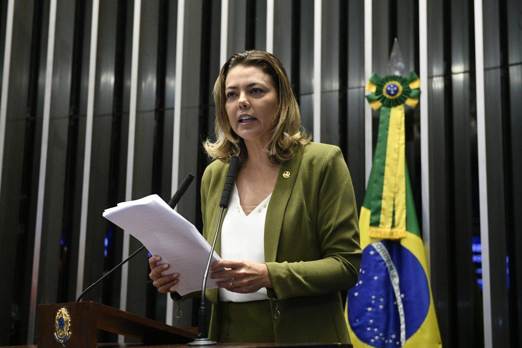 Leila à espera de Bolsonaro (Foto: Pedro França/Agência Senado)