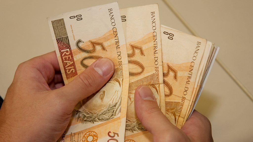 contando dinheiro impostometro radio corredor 1024x576 - Salário mínimo fica em 1 mil 31 reais