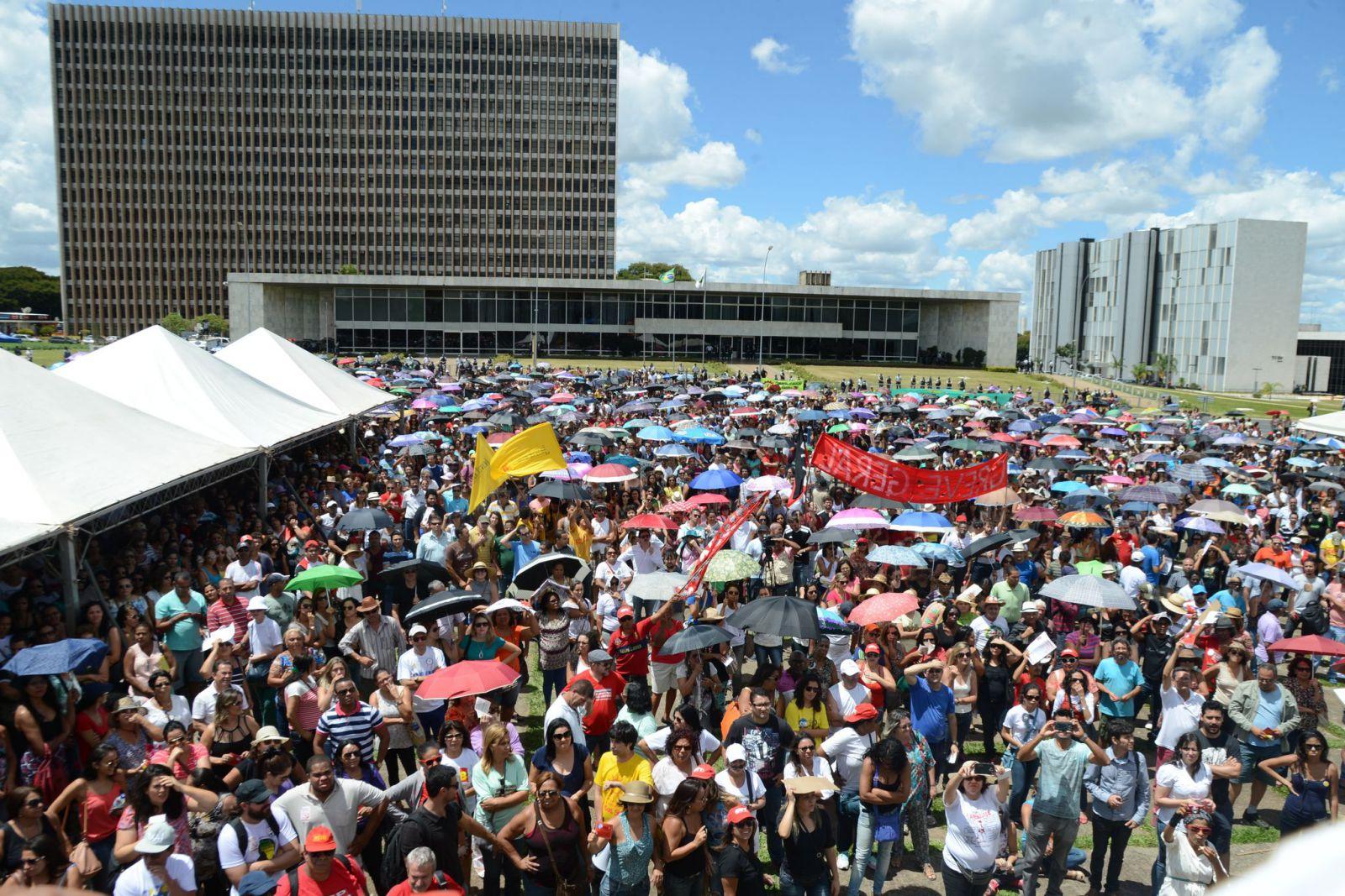 manifestacao palácio buriti servidores radio corredor - Servidores na linha de tiro