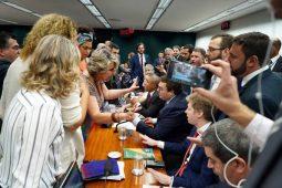 Depois do bate-boca e dedo em riste (Foto: Pablo Valadares/Câmara dos Deputados)