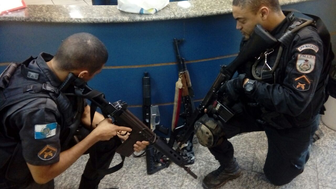 Após o tiroteio, os policiais apreenderam dois fuzis no Morro dos Macacos (Foto: PMRJ/Divulgação)