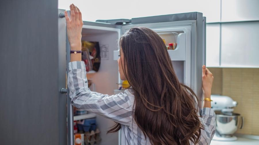 abrindo a geladeira 1585597166405 v2 900x506 - Alimentação saudável na quarentena