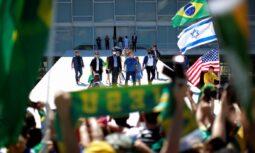 Bolsonaro solicita a apoiadores que não saiam às ruas no domingo