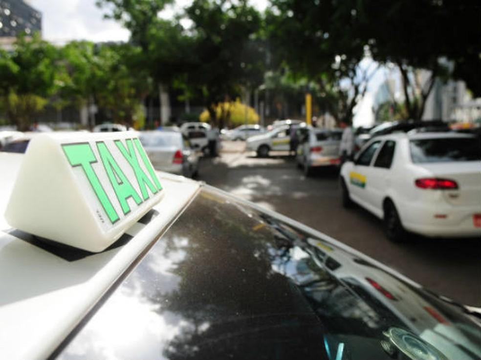 Read more about the article Taxistas e motoristas de transporte escolar recebem benefício